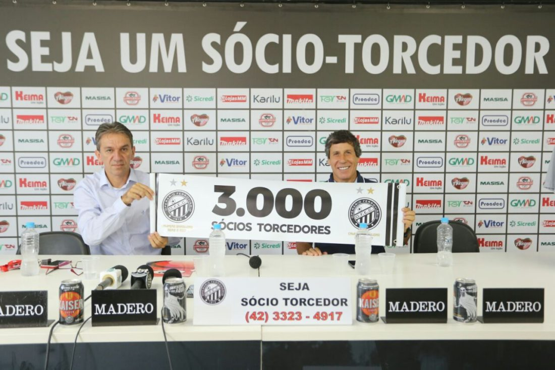 Diretores do Operário seguram faixa comemorativa da marca batida de 3 mil sócio-torcedores do clube.