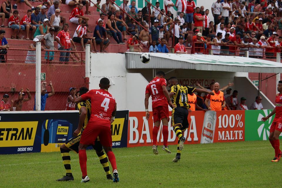 Lateral Thiaguinho cabeceia bola diante de marcador do FC Cascavel. Ao fundo, imprensa e torcida do Rio Branco se fazem presentes na Estradinha.