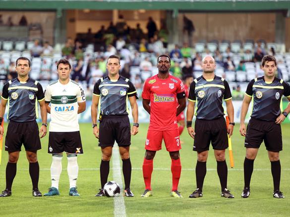Thiagão, capitão do Rio Branco, e Kléber, capitão do Coritiba, posam para foto com trio de arbitragem.