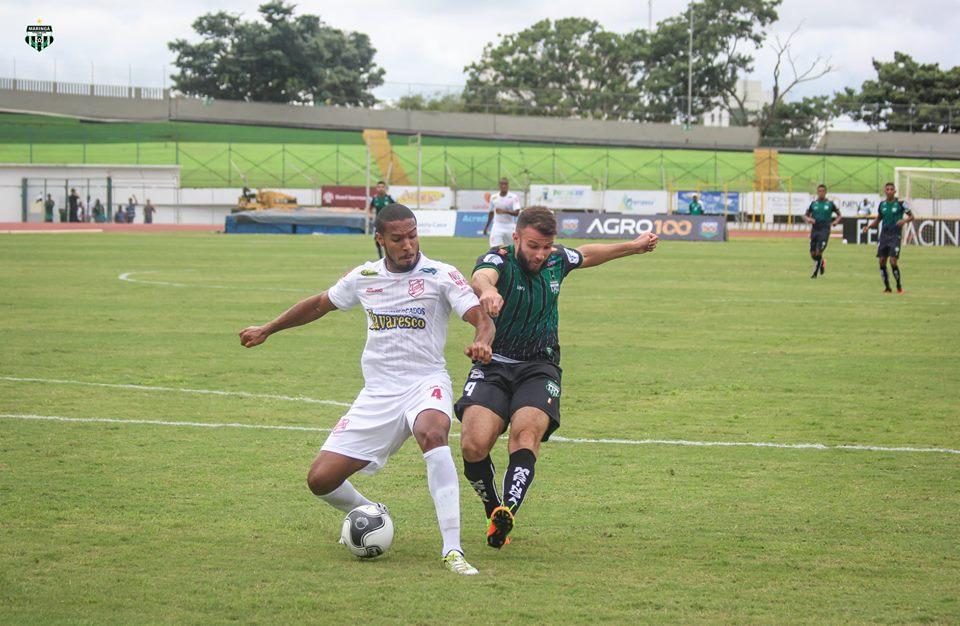 Atleta do Rio Branco disputa bola com jogador do Maringá.