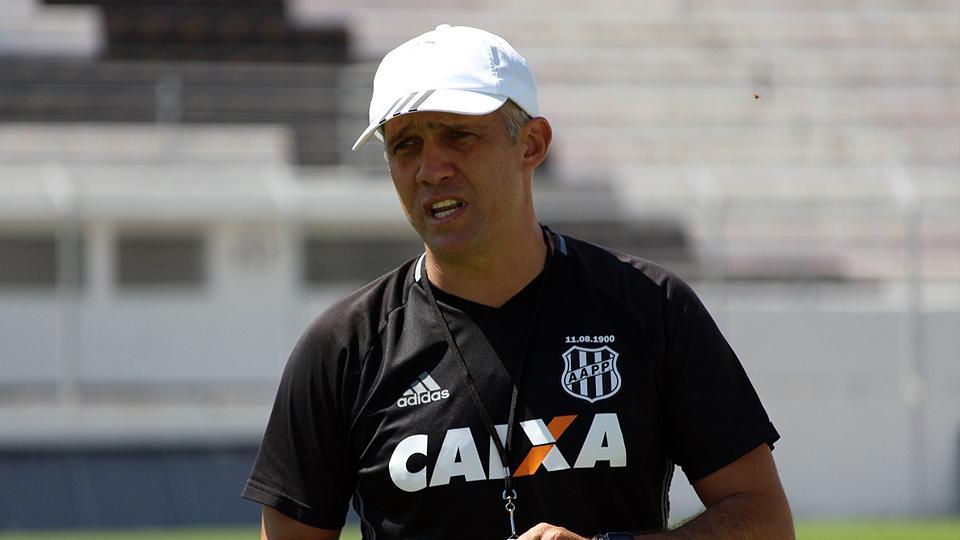 Sob os olhares do novo treinador, Coritiba encara o Atlético Goianiense